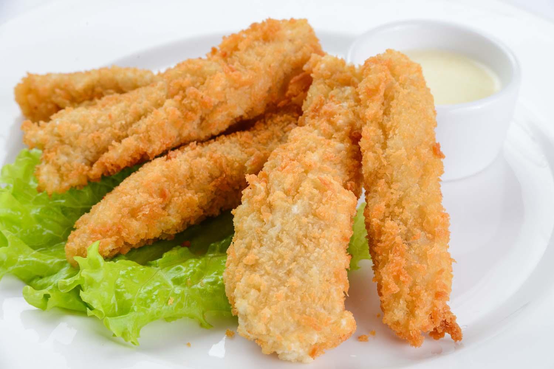 Хрустящие куриные палочки с сырным соусом