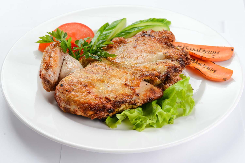 Цыпленок в кавказских специях со свежими овощами