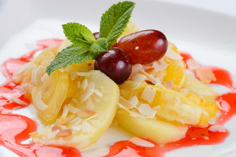 Жареные фрукты с лепестками арахиса