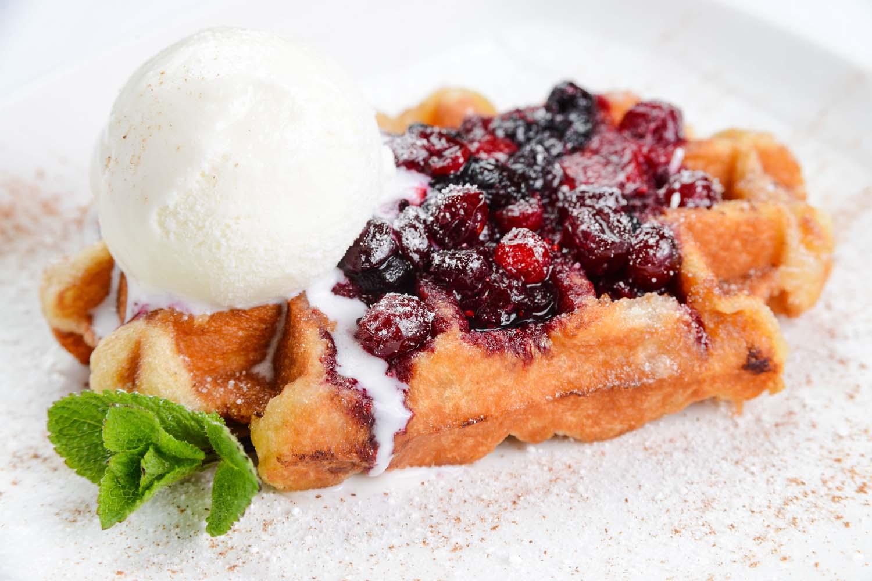 Бисквитная вафля с ягодным соусом и мороженым