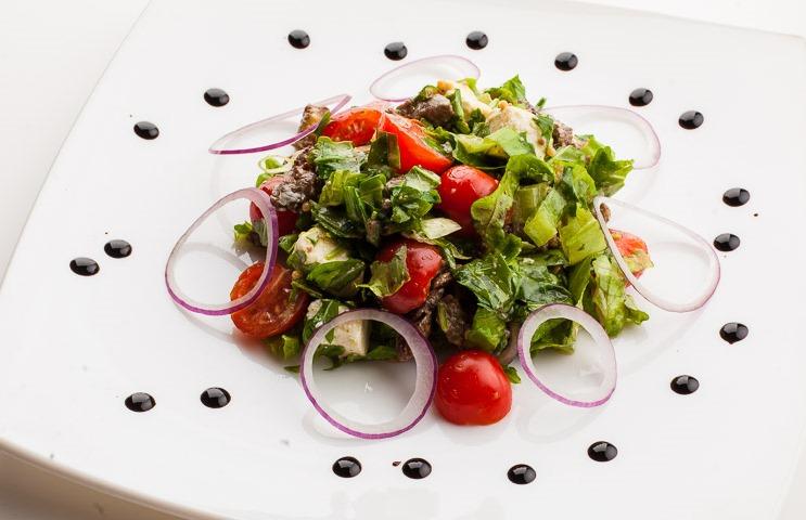 Салат из рукколы с говядиной и сыром фета