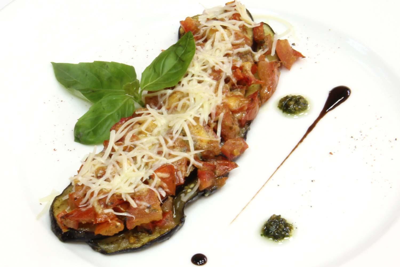 Баклажаны, запеченные с помидорами, сыром и чесноком