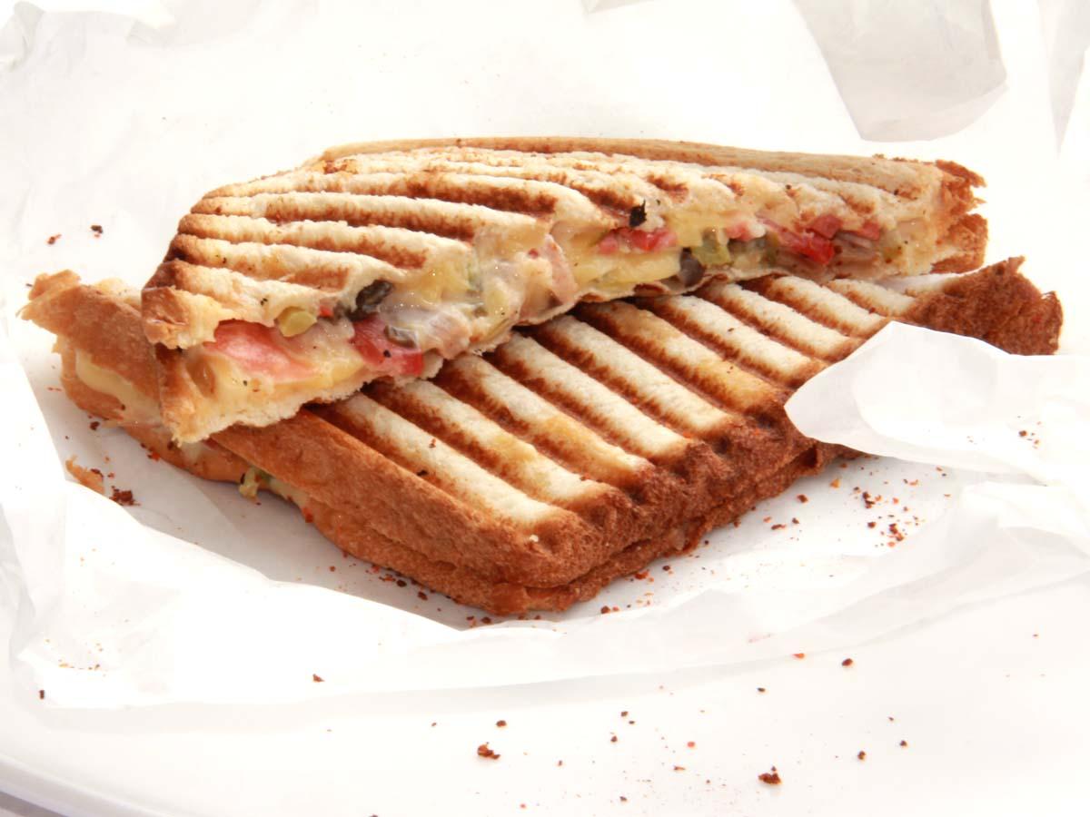 Сэндвич по-гречески с соусом песто